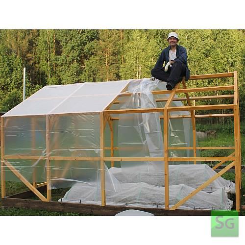 """Теплица деревянная """"Домик"""" 2.5х4 м, каркас: В процессе укрытия теплицы пленкой."""